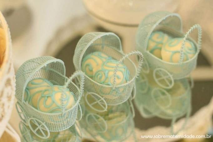 Decoração de chá de bebê em amarelo e azul